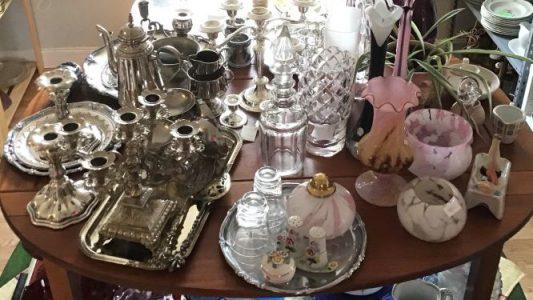 Antika ljusstakar, glas, vaser och prydnadssaker