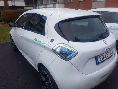 En bil i mindre modell i vit färg.