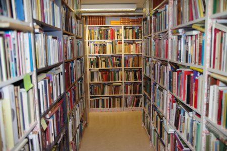Rader med bokhyllor som är fyllda med böcker.