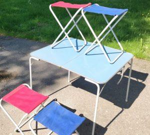 Blå och rosa campingmöbler i retrostil