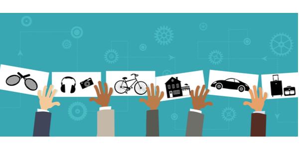 Tecknade bild med flera händer som håller upp bilder på prylar i form av bil, cykel, hörlurar, racket, hus och resväska mot en turkos bakgrund.