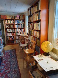 Hyllor längs med väggarna fyllda med böcker.