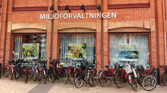 Entrén till Malmö miljöförvaltning, rött tegelhus med cykelparkering framför