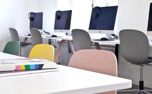 Sal med datorer och stolar