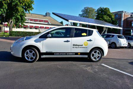 En vit bil i mindre storlek. Det står Karlstads kommun och elbilspool på bilen i svart.