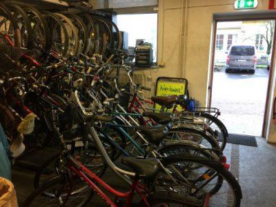 Massa cyklar inne hos Brillianten.