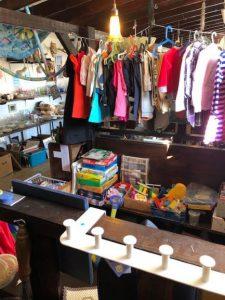 Barkläder, leksaker, en vit klädhängare och i bakgrunden porslin.