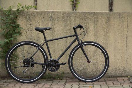 En svart cykel