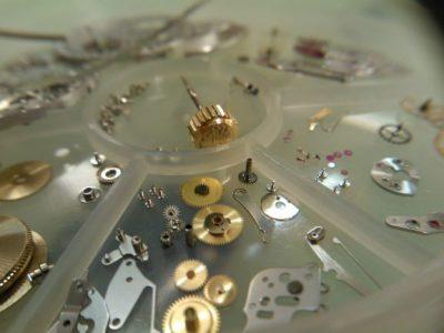 Reservdelar till klockor som exempelvis skruvar och muttrar.