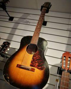 En gitarr som hänger på en vägg.