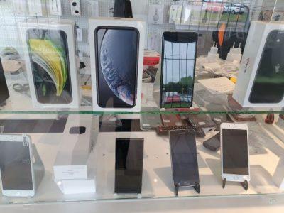 Mobiltelefoner i olika storlekar och varumärken.