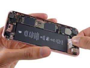 Telefon som baksidan tagits av på för att repareras.