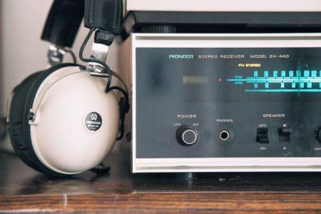 Radioapparat med hörlurar lutade mot radion.