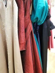 Balklänningar i champagne, röd, turkos och svart färg.