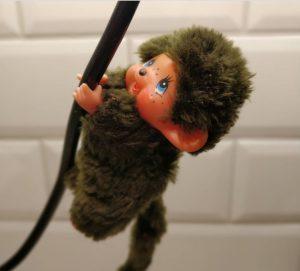 Monchhichi-leksak som hänger i en sladd