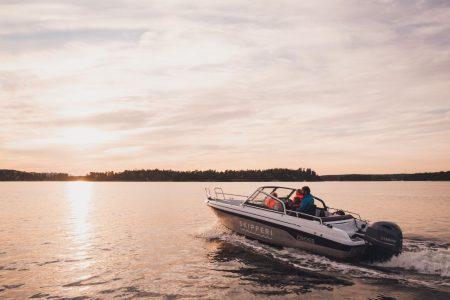 Båt som åker mot solnedgång