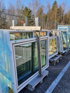 Fönster som är till försäljning hos Sola Byggåterbruk.