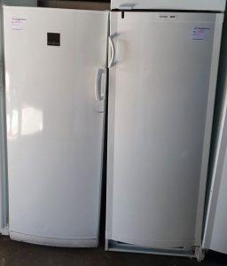 Två kylskåp som är till salu hos Sola Byggåterbruk.