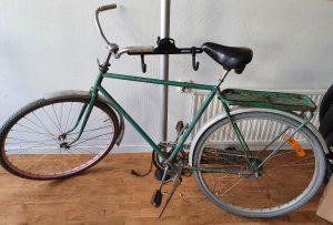 En grön herrcykel av äldre modell.