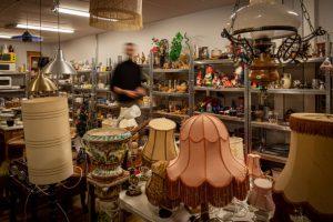 Lokal fylld med antika lampor och inredningsdetaljer