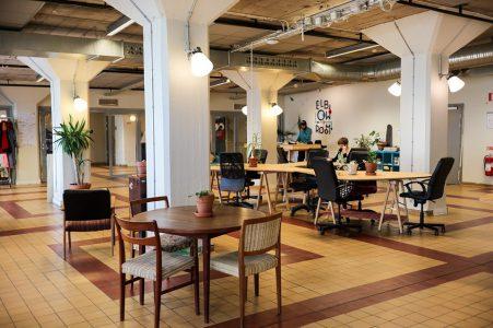 Ett rum med stolar och bord för arbete