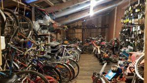 Rum fyllt med begagnade cyklar och mopeder