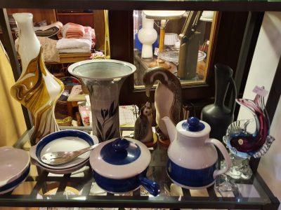 Porslin och glas i olika former. Tillexempel som kaffekanna i porslin eller en skulptur i glas föreställande en fisk.