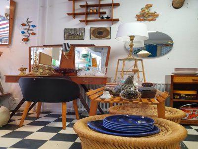 Retro inredningsartiklar i form av fåtölj, avlastningsbord, sminkbord, lampa, hylla, speglar och porslin.