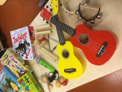 Två små gitarrer, två marackas, flera sällskapsspel.