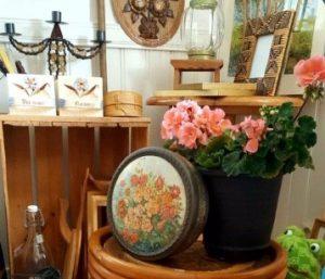 Möbler, prynadssaker och en rosa pelargon