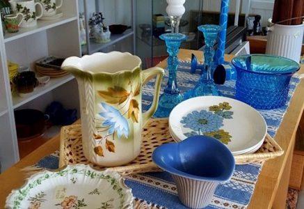 Många saker, mestadels i blåa nyanser på ett bord