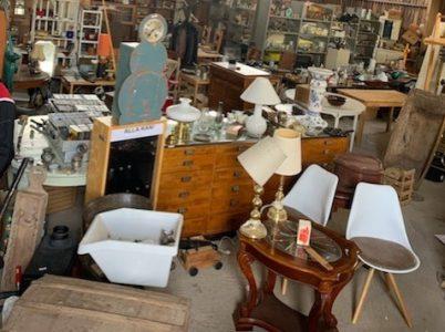 Många möbler och saker i ett uthus