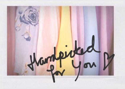 Text som säger handpicked for you med kläder i pastellfärger i bakgrunden