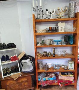 Hyllor med skor, porslin och inredningsdetaljer