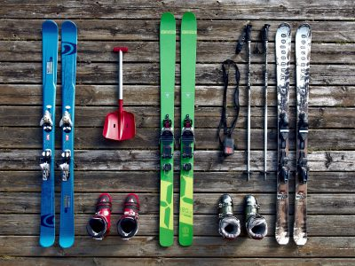 Tre par skidor uppställda, ett par blåa, ett par gröna och ett par vita.