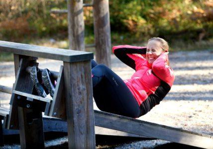 Person som tränar situps på ett utegym.
