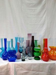 Färgglada vaser i glas